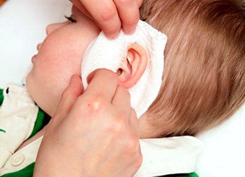 Почему болит ухо у ребенка и взрослого - первая помощь