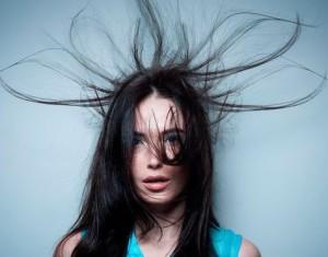 После выпрямления волосы магнитятся